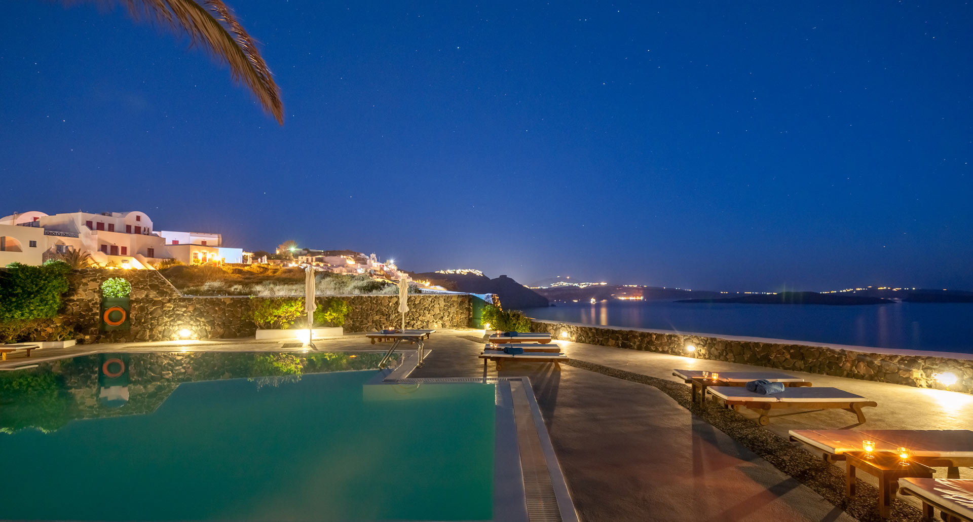 Strogili Apartments Oia Santorini – The pool by night